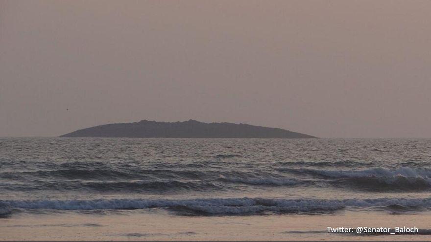"""Pakistan: Une """"île"""" émerge dans la mer d'Arabie après le séisme au Balouchistan"""