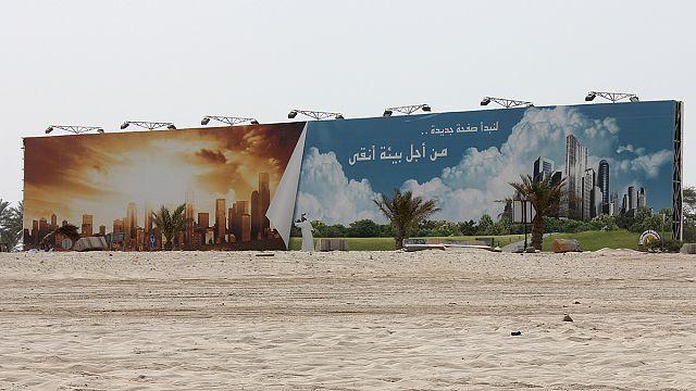 """قطر تكلف مكتب محاماة دولي التحقيق في وضع العمال بعد اتهامات ب""""الاستعباد"""""""