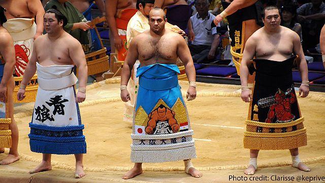 Un lutteur égyptien au sommet du sumo
