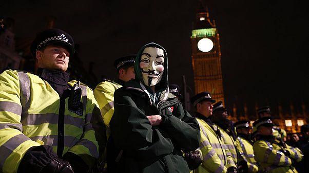 Πυροτεχνήματα πάνω από τα ανάκτορα του Μπάκιγχαμ κατά τη διάρκεια των διαδηλώσεων για τον Γκάι Φοκς