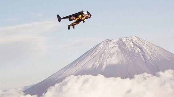 Jetman Yves Rossy: Sprung aus Helikopter und Flug um Fuji-Vulkan in Japan