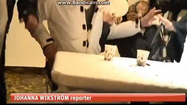 Líder da extrema-direita sueca brindado com um bolo...na cara