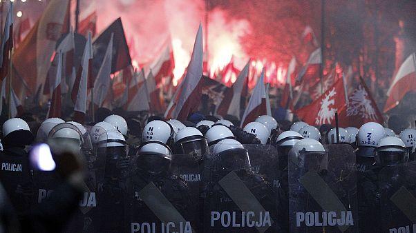 Szélsőjobbosok verik szét Varsót