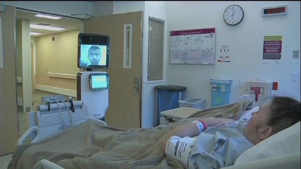 Un doctor sobre ruedas le atiende tras la pantalla...