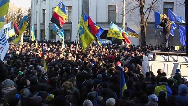 Kyiv protests persist as Yanukovych hangs on to power