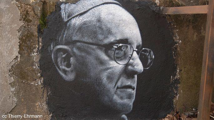 Le pape François a-t-il une double vie la nuit ?