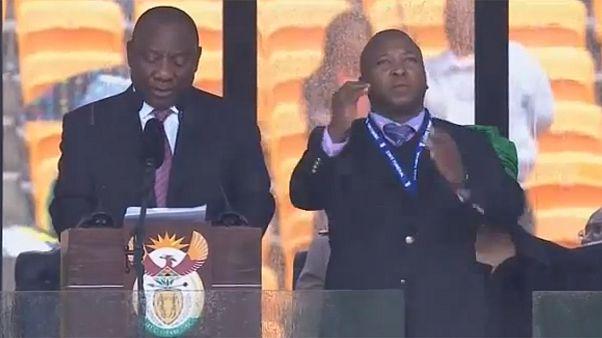 Απάτη ο διερμηνέας της νοηματικής γλώσσας στο μνημόσυνο του Μαντέλα