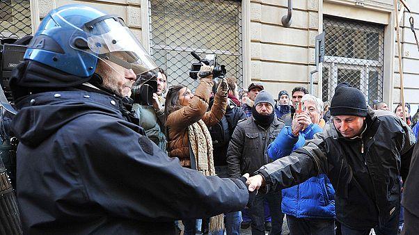 Ιταλία: Διαδηλωτές και ΜΑΤ αγκαλιά στις διαδηλώσεις!