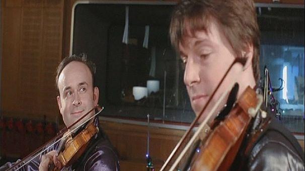 عازف الكمان العالمي جوشوا بيل يحتفل بعيد الميلاد مع أصدقائه