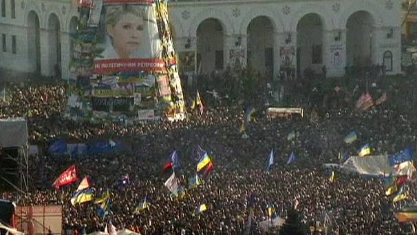 Thousands protest outside Ukrainian president residence