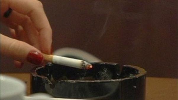 El Partido Comunista chino castigará a sus miembros que fumen en público