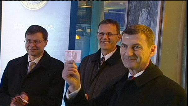 Latvia adopts the euro as it begins 2014