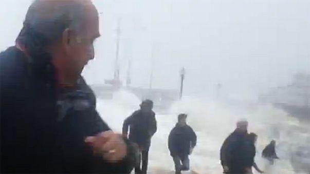 Hatalmas hullámok ostromolják az Atlanti-óceán európai partját