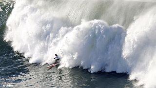 Tempête Hercules : les surfeurs à l'assaut des vagues géantes