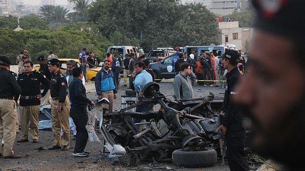 Autóba rejtett bomba ölte meg az egyik leghíresebb pakisztáni rendőrt