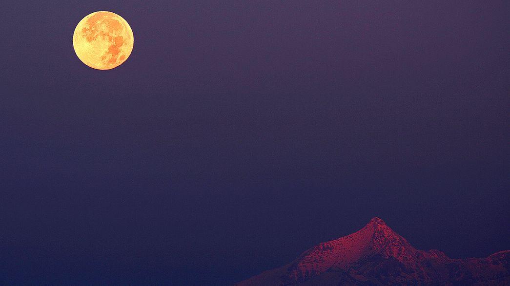 La face obscure de la lune est turquoise