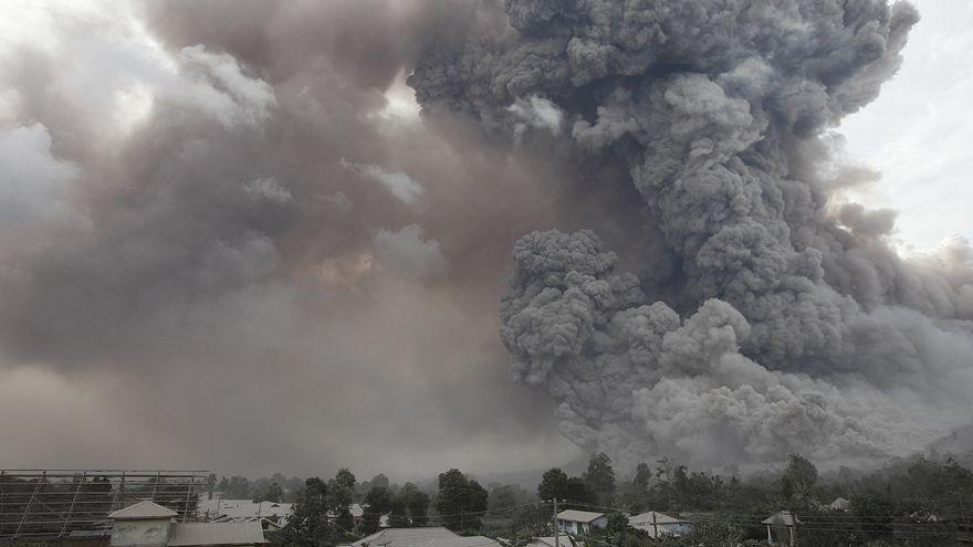 Endonezya'da Sinaburg yanardağında yaşanan patlamalar bölge halkını tehdit ediyor