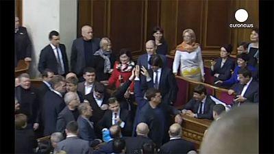 Un député ukrainien jette du riz et du sarrasin en plein parlement [vidéo]