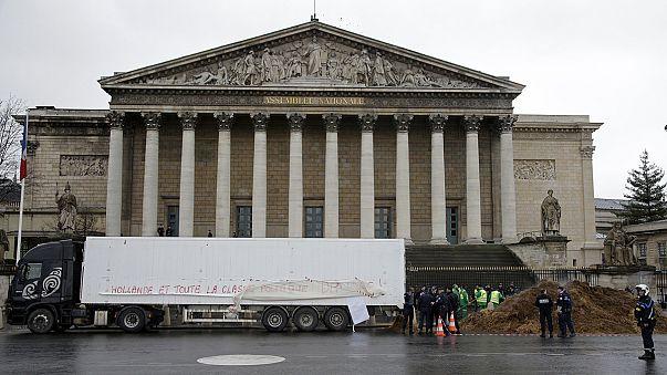 فضلات الخيول والماشية تسد الطريق إلى مجلس النواب الفرنسي