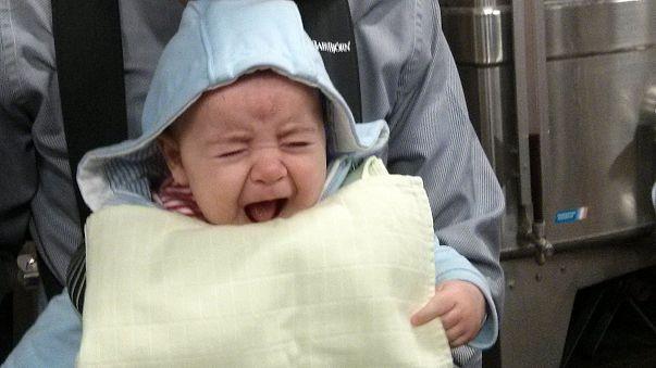 Álsírással hívják fel magukra a figyelmet a csecsemők