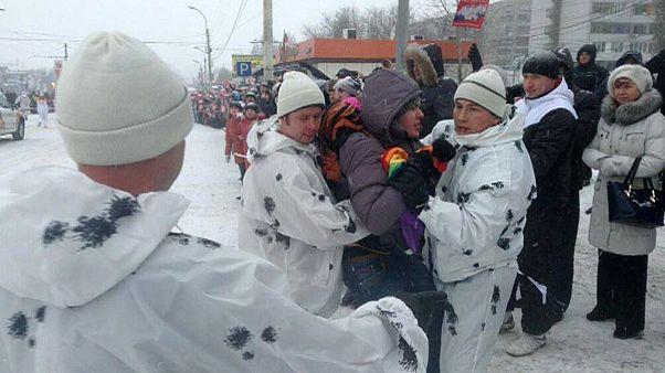 Russie : arrêté pour avoir brandi un drapeau arc-en-ciel au passage de la torche olympique