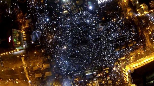 Így néz ki egy tüntetés 100 méter magasból