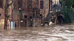 Жители Рима спасаются от наводнения на крышах
