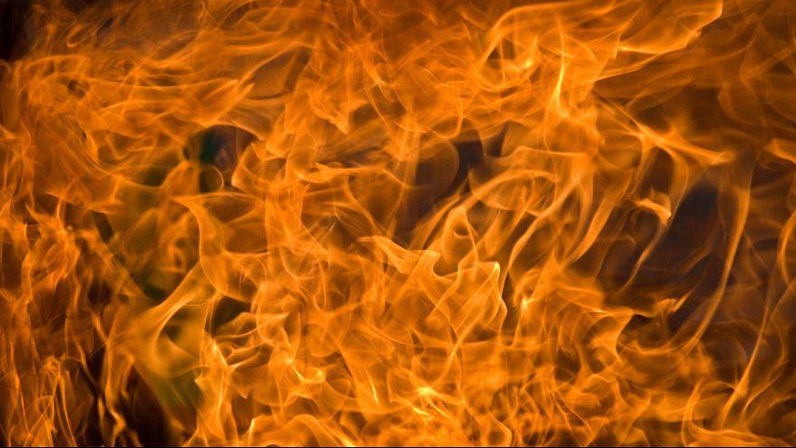 [Vidéo] Il prend feu en voulant incendier un camion