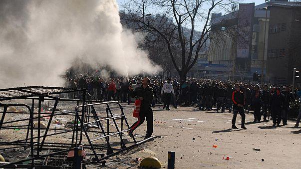 Decenas de heridos en Sarajevo en el asalto a una sede del Gobierno