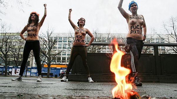 Femen разделись перед посольством России в Берлине: «золото - геям!»