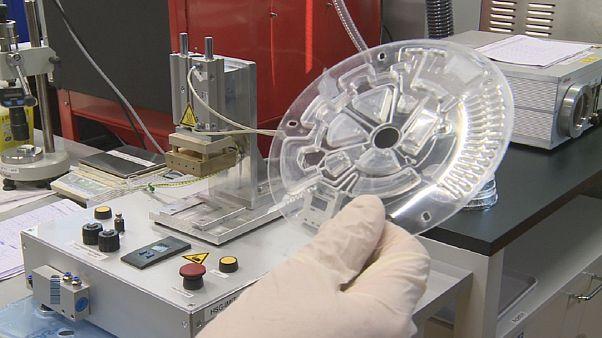 Un minilaboratorio de bolsillo hace análisis de ADN