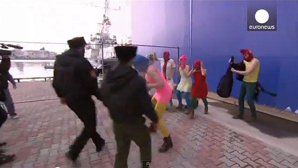 فريق بوسي رايوت الغنائي يتعرض للضرب بالسياط في سوتشي