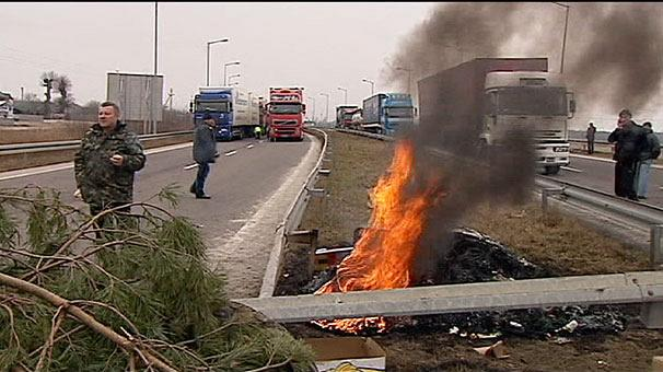 Ukraine protests spread to Polish border