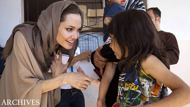 أنجلينا جولي تلتقي اطفالا سوريين لاجئين خلال زيارتها للبنان