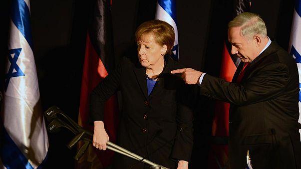Israel: Merkel con bigote de Hitler por obra de Netanyahu, y del azar