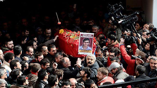 Турция: тысячи скорбящих пришли на похороны подростка