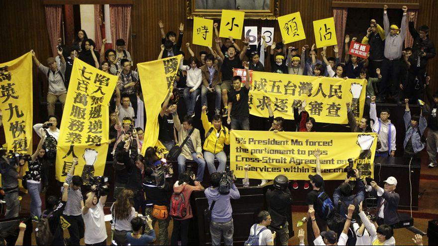 Сотни протестующих заняли здание парламента Тайваня