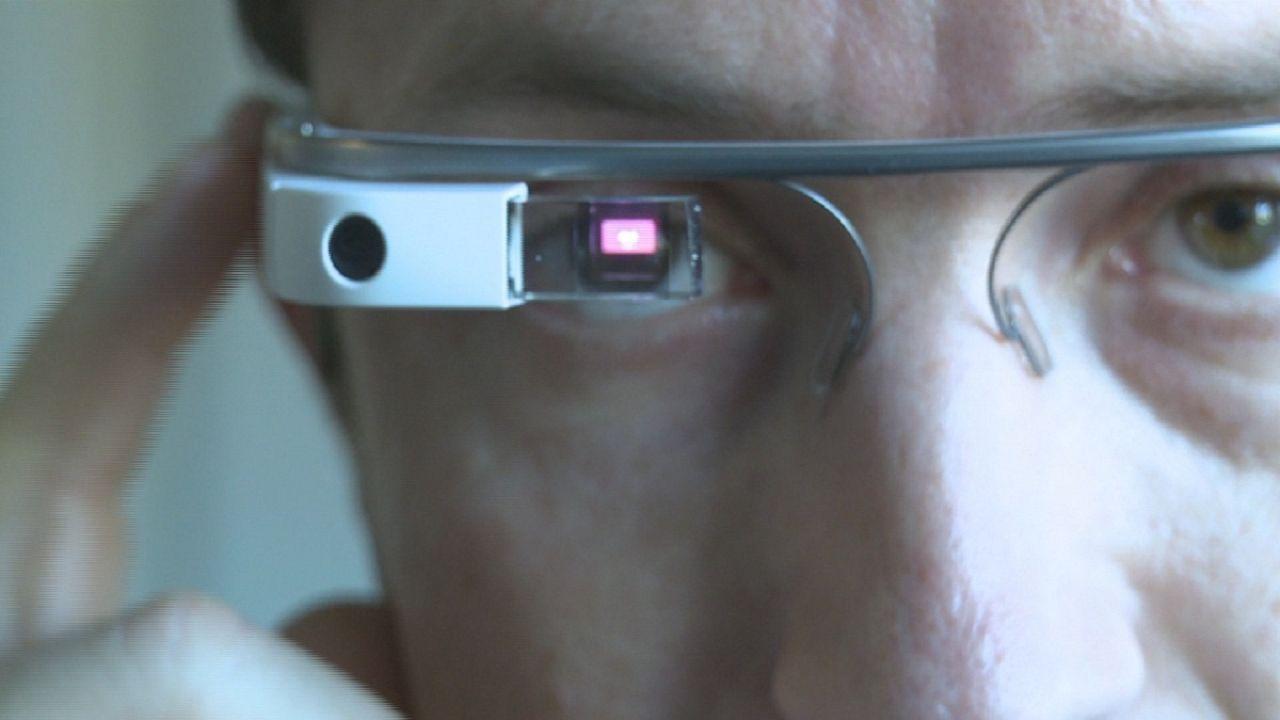 Okosszemüveg a reptéren