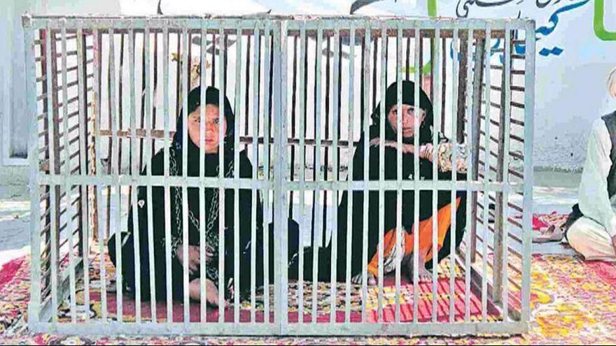 Клетка в знак протеста против женского насилия