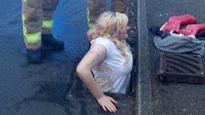 Британка застряла в канализации, спасая свой мобильник