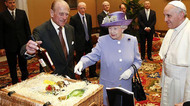 Елизавета II подарила папе римскому бутылку виски и 12 яиц