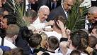 Pope Francis's selfie show delights Palm Sunday worshipers
