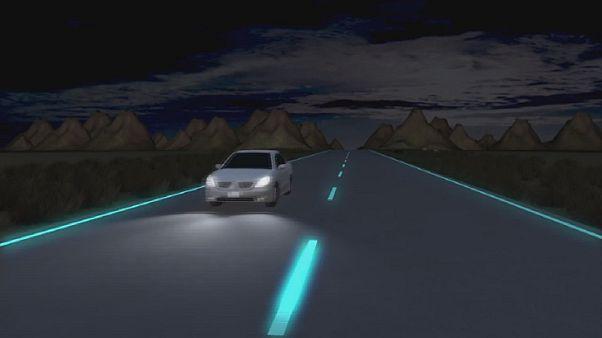 Δρόμοι με διαχωριστικές γραμμές που λάμπουν στο σκοτάδι