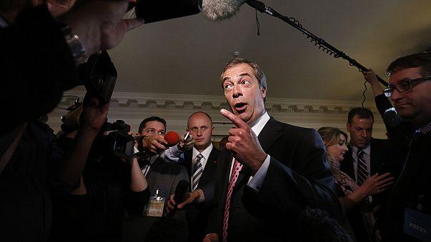 Inmigrantes del este distribuyen panfletos del partido británico UKIP, que pide más control de la inmigración