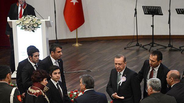 Turkey'sErdoganhecklescritic,stormsoutofceremony - Video
