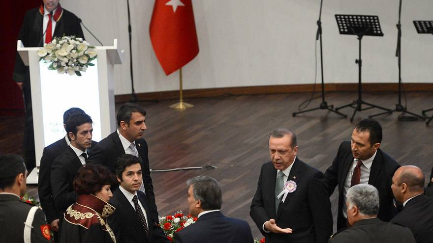 Turkey's Erdogan heckles critic, storms out of ceremony - Video