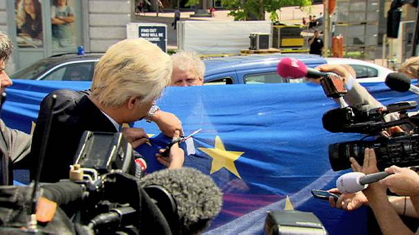 Far right leader Geert Wilders cuts up EU flag in Brussels