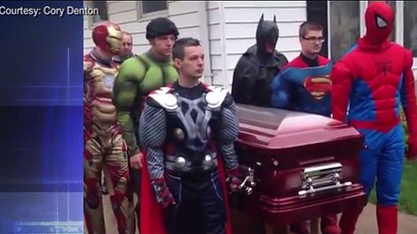 Αποχαιρέτισαν τον 5χρονο γιο τους ντυμένοι ως σούπερ ήρωες