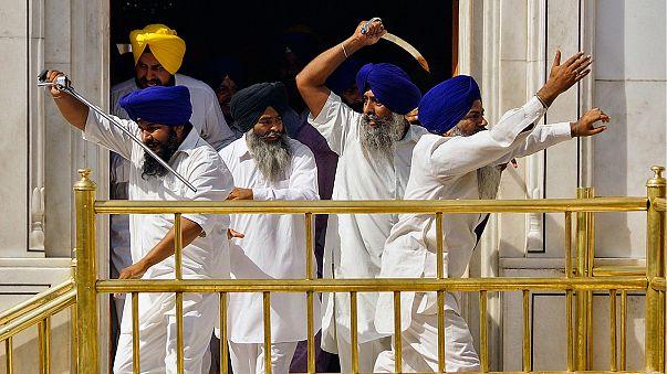 Video: Dramatische Schwertkämpfe in Indiens Goldenem Tempel