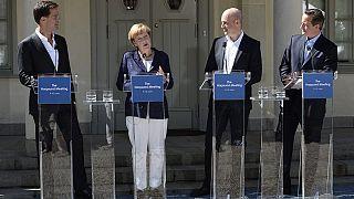 Merkel no abandona a Juncker